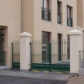 Clôture barreaudée avec portail et porte barreaudées