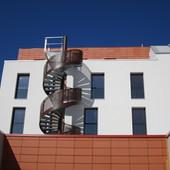 Escalier hélicoïdale avec garde-corps en tôle perforée thermolaquée