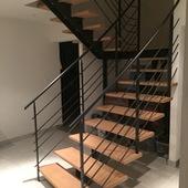 La Ferrière : Escalier à limon central, marche bois