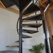Escalier hélicoïdal décoration laser dans les marches