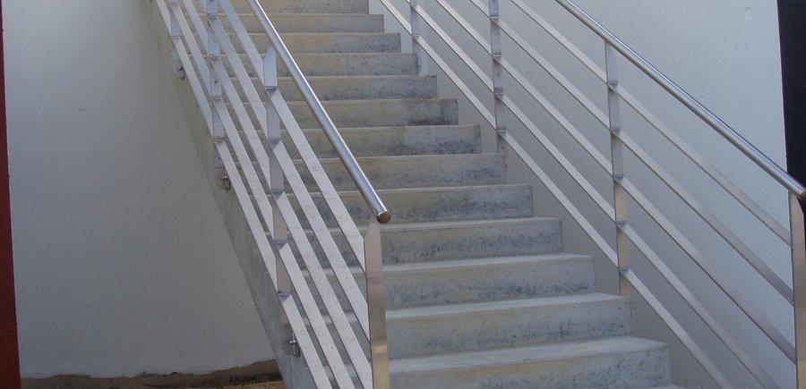 Garde-corps acier galvanisé escalier béton
