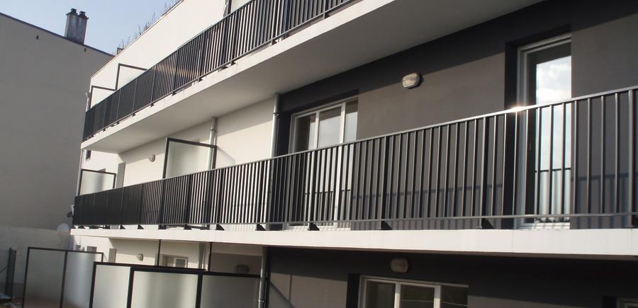 Garde-corps aluminium barreaudé et pare-vue vitré