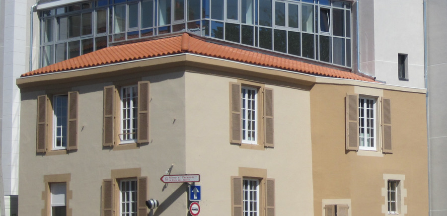 Arénas - AAP - Periot Arch. : Façade vitrée entre construction nouvelle et existante