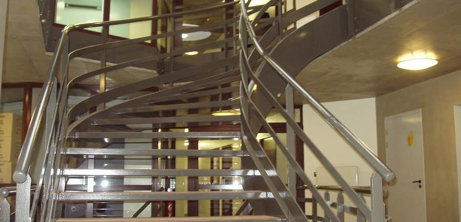 Escalier acier balancé  avec marche remplissage bois