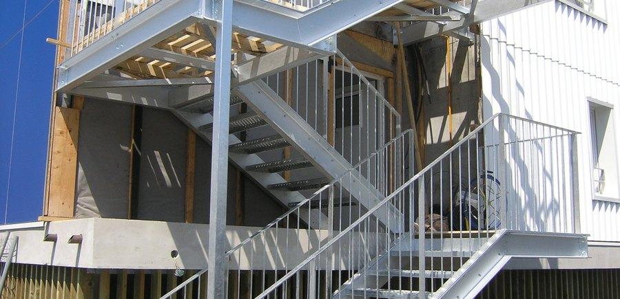 Escalier droit acier galvanisé palier a platelage bois