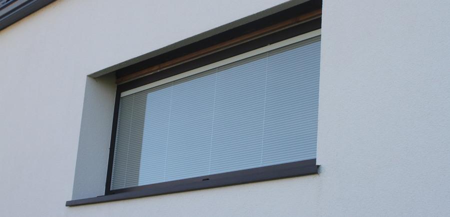 Fenêtre panoramique fixe avec store vénitien intégré dans le double vitrage