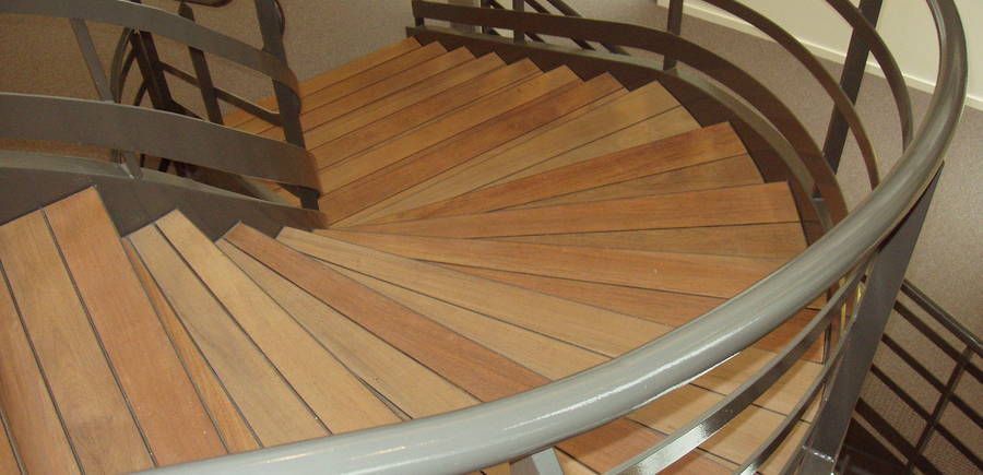Escalier balancé avec marche bois façon pont de bateau