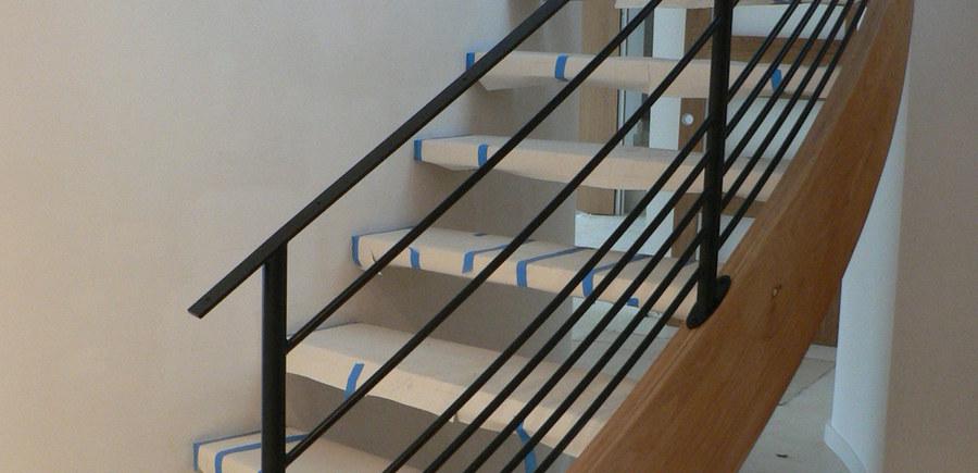 Escalier bois balancé garde-corps acier